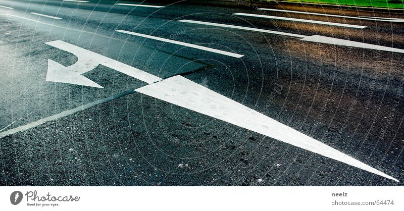 Wo gehts lang ¿ abbiegen Verkehr Verkehrszeichen Asphalt Richtung Spuren weiß Hauptstraße Orientierung finden Straße Pfeil arrow direction