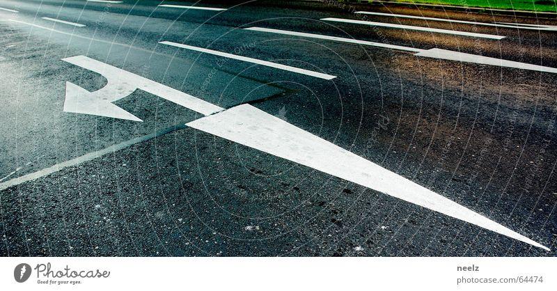 Wo gehts lang ¿ weiß Straße Verkehr Asphalt Spuren Pfeil Richtung finden Orientierung Verkehrszeichen abbiegen Hauptstraße