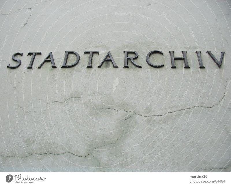 Stadtarchiv alt Wand grau Mauer Schilder & Markierungen trist Schriftzeichen Buchstaben Dorf Verfall Vergangenheit Langeweile Typographie Sammlung Wort