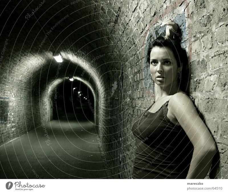 Am Ende des Tunnels II Frau Einsamkeit dunkel Graffiti Denken Angst leer stehen Wachsamkeit Respekt stagnierend Straßenkunst Tunnelblick Bewunderung