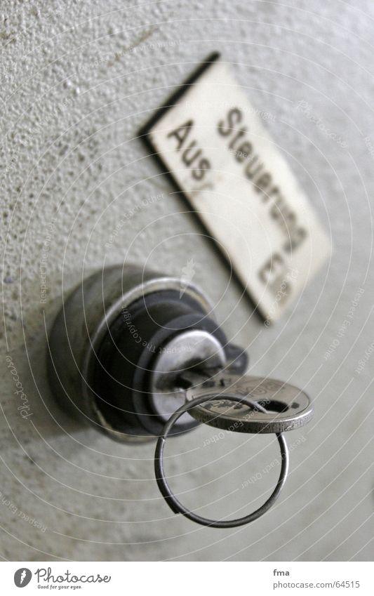 Steuerung ein aktivieren Maschine Schlüssel Innenaufnahme werkstatt arbeit maschinenhalle Einschaltknopf Steuerkasten Arbeitsalltag Maschinensteuerung