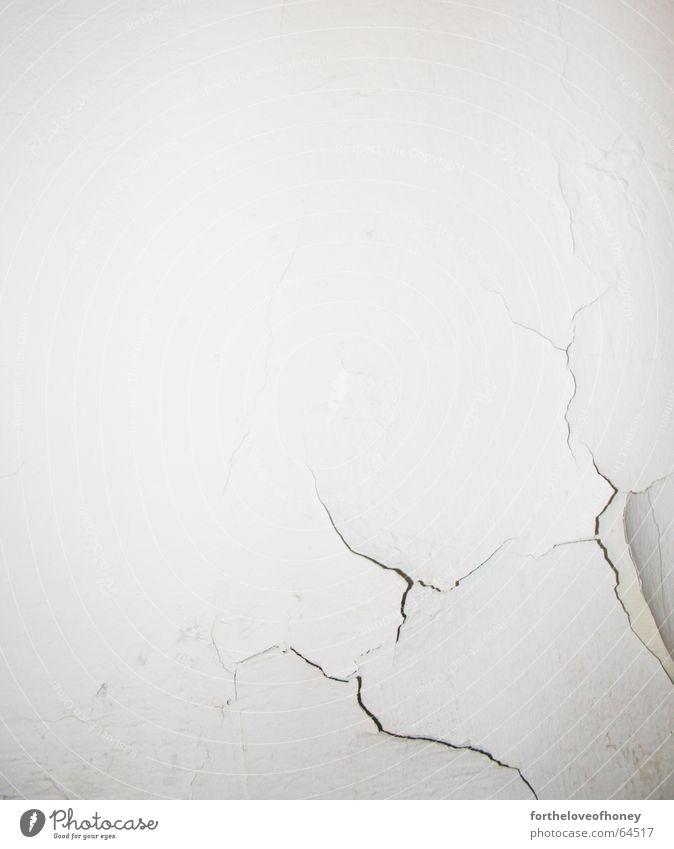 wall with a crack alt weiß Wand Mauer Hintergrundbild kaputt trashig Riss fein gebraucht