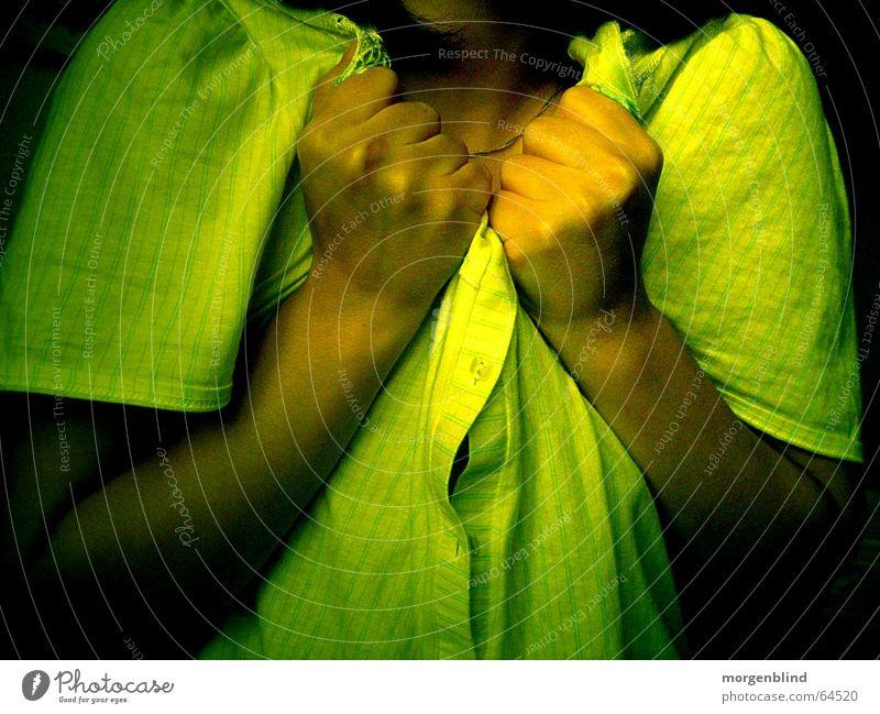 [stillstand] stagnierend stehen grün gelb Hand Faust Angst woman Gefühle gefühlsvoll Schmerz ruhig faus Traurigkeit
