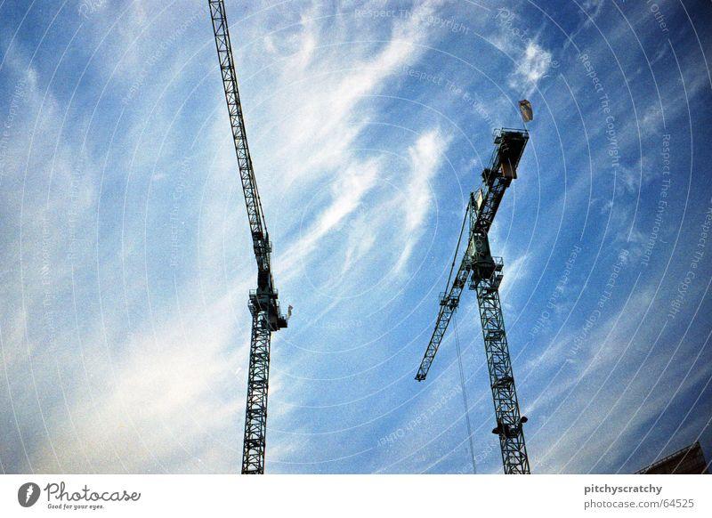 Wenn die Krähne ziehn Ferne beeindruckend Baustelle Wolken Gewicht Arbeit & Erwerbstätigkeit groß Froschperspektive Himmel hoch Berufsleben Sanieren