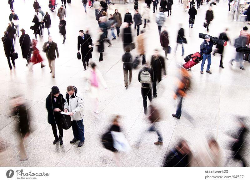 directionless Menschenmenge Information Stress Eile hilflos Zeit Station Bahnhof wegbeschreibung Bewegung Hilfsbereitschaft crowd movement helpless hectic time