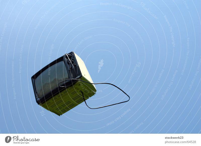 mach deinen fernseher kaputt! Fernseher Fernsehen Himmel Medien sky werfen tossing befreien liberation Glück flying fliegen