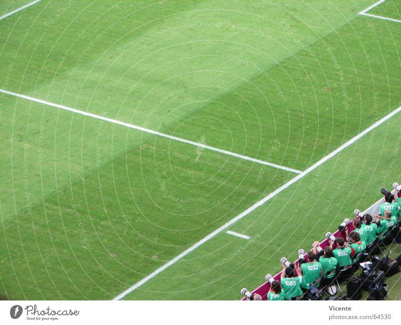 Heckenschützen Trainingsleibchen Rasen grün Stadion Fußballplatz Strafraum Streifen Vogelperspektive Sportmannschaft Spielfeld Spielfeldbegrenzung Sportrasen