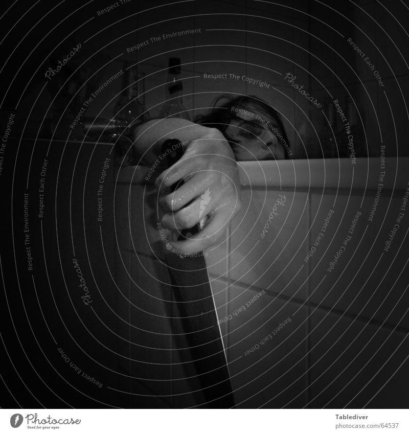 Morbide Selbstdarstellung Bad Hand Finger Badewanne Selbstmord Messer Fliesen u. Kacheln bleich Tod Traurigkeit