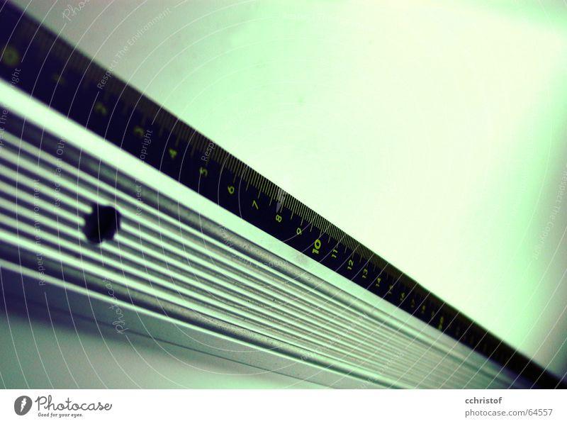 ganz gerade Lineal diagonal grün Unschärfe Millimeter ruler Linie Metall centimeter