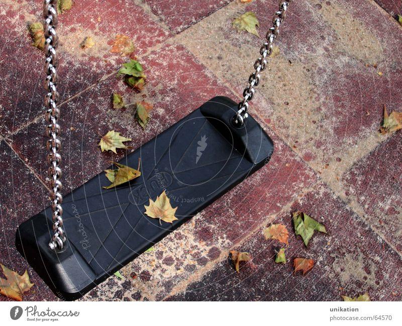 herbstlicher Spielplatz Blatt Einsamkeit Herbst Spielen Stimmung leer Romantik Schaukel Spielplatz