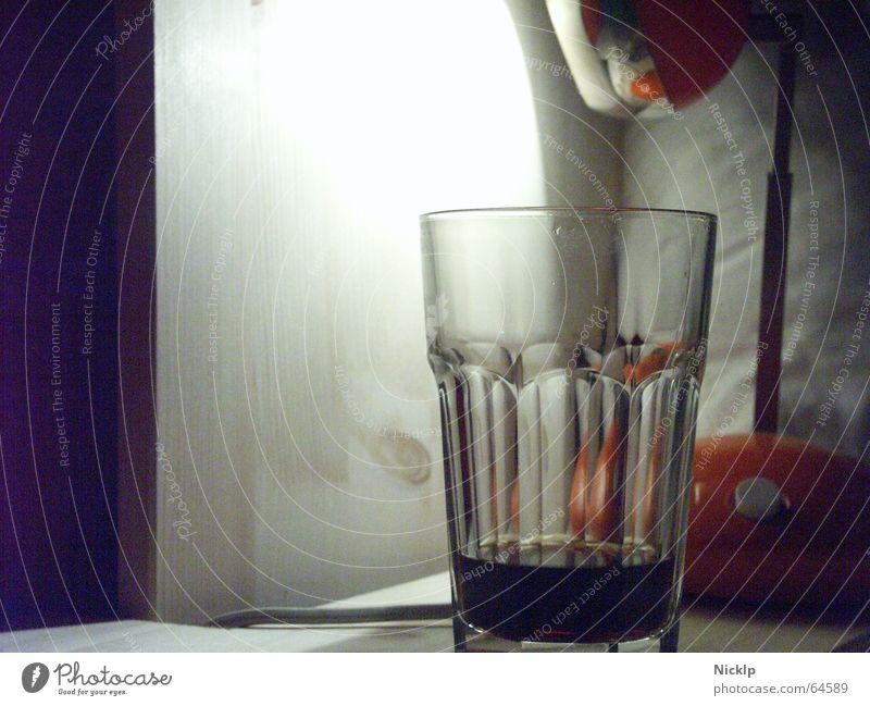 n ruhigen schieben alt Lampe dunkel hell orange Glas leer retro rund Spiegel Dinge Kugel Flüssigkeit Möbel Holzbrett gemütlich