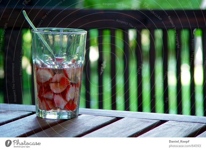 Strawberry punch rot Sommer Erholung Garten Holz Glas Glas Tisch frisch Getränk Pause Alkohol Beeren Erfrischung Erdbeeren Löffel