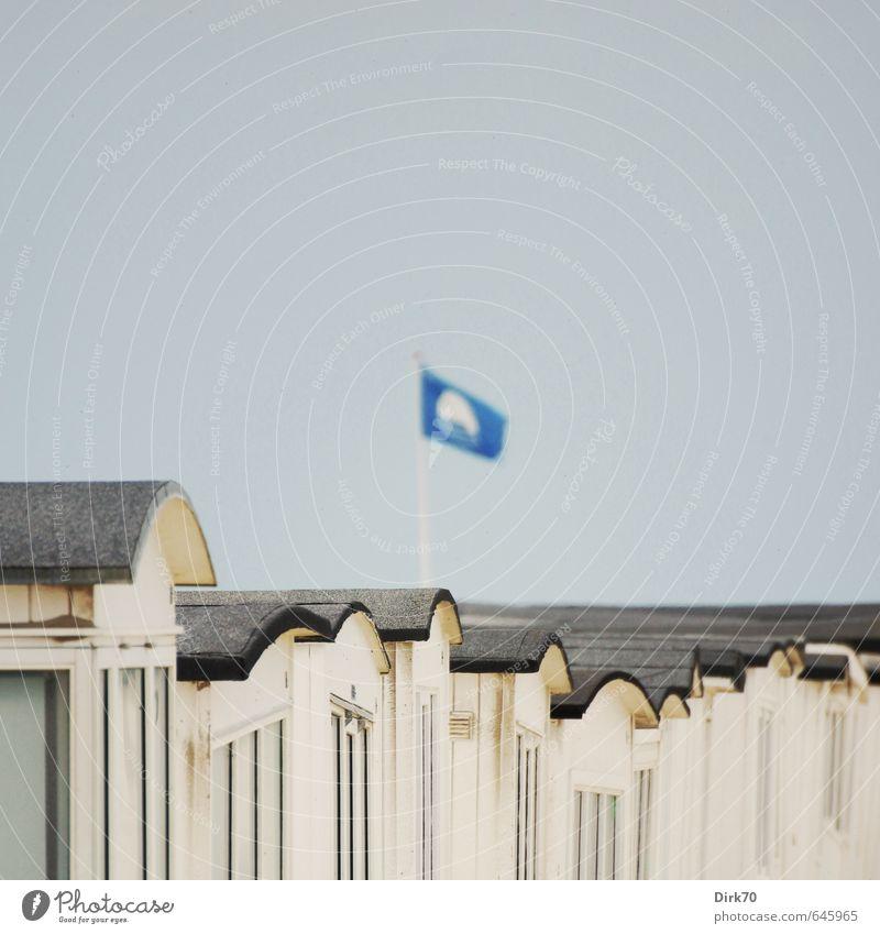 Badefreuden Ferien & Urlaub & Reisen blau weiß Meer ruhig Strand schwarz Fenster Wärme Küste grau Holz Fassade Tourismus Schönes Wetter Dach