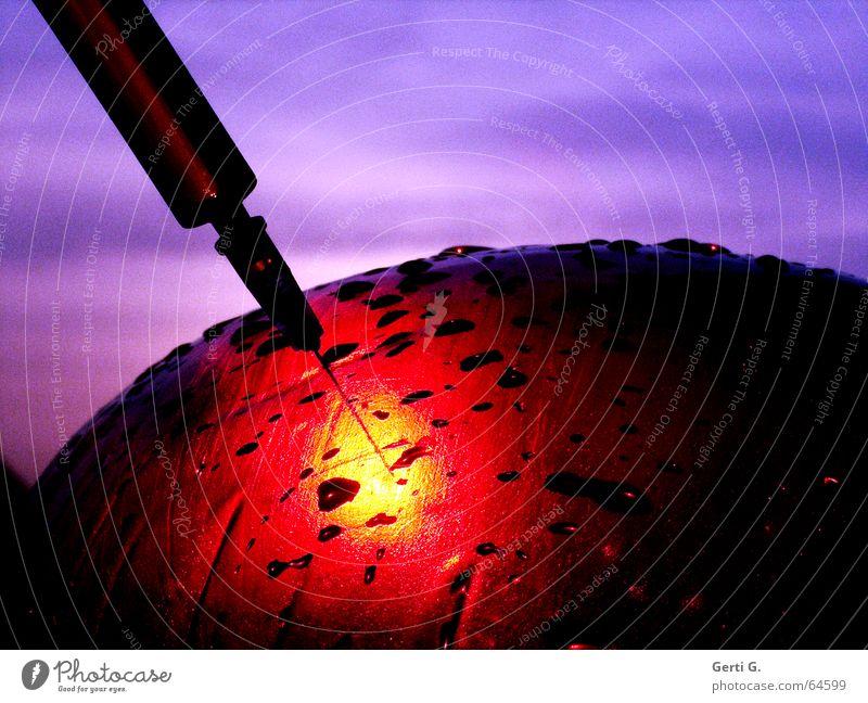 Nadelspitze einer Kanüle an medizinischer Spritze sticht in einen rotgelben Bereich Gesundheitswesen Behandlung Krankheit Medikament Wassertropfen Traurigkeit
