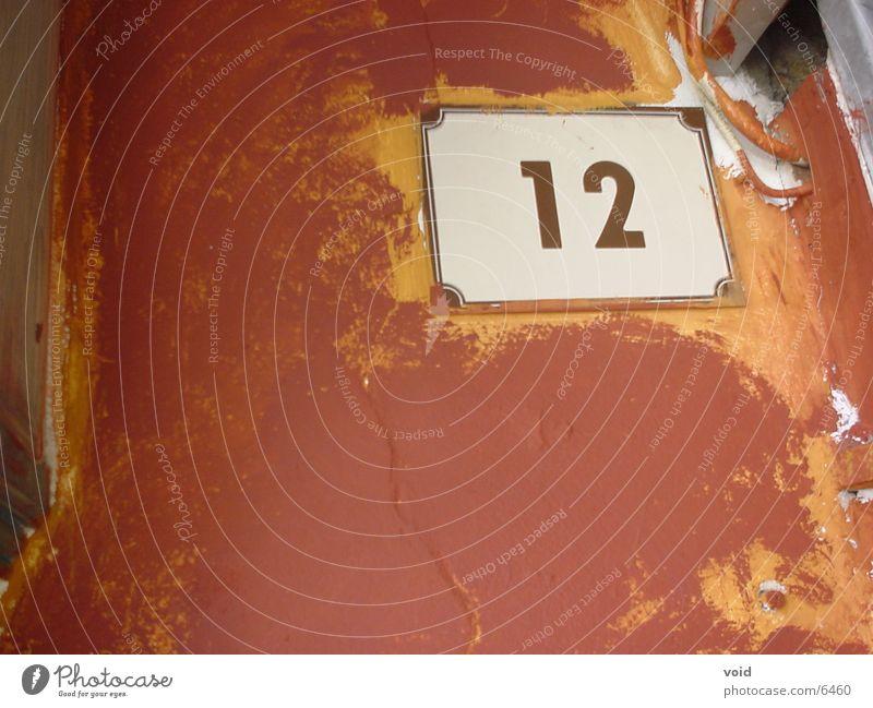 zwölf 12 Ziffern & Zahlen braun Haus Wand Europa