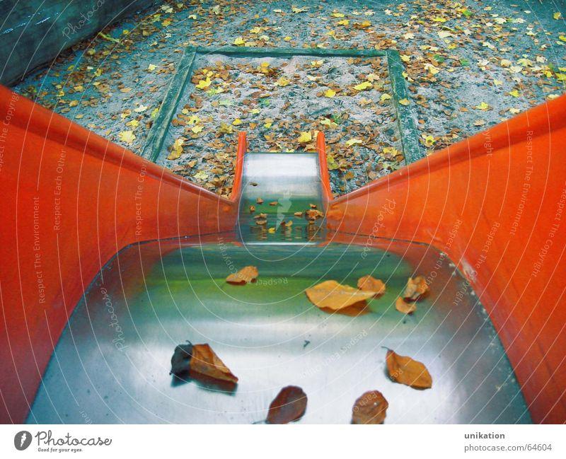 Rutschen-Geometrie rot Blatt Einsamkeit Herbst Traurigkeit orange Spielplatz