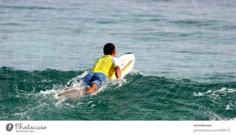 surfer beim rauspaddeln Surfer Wellen Meer gelb grün Surfen Wasser