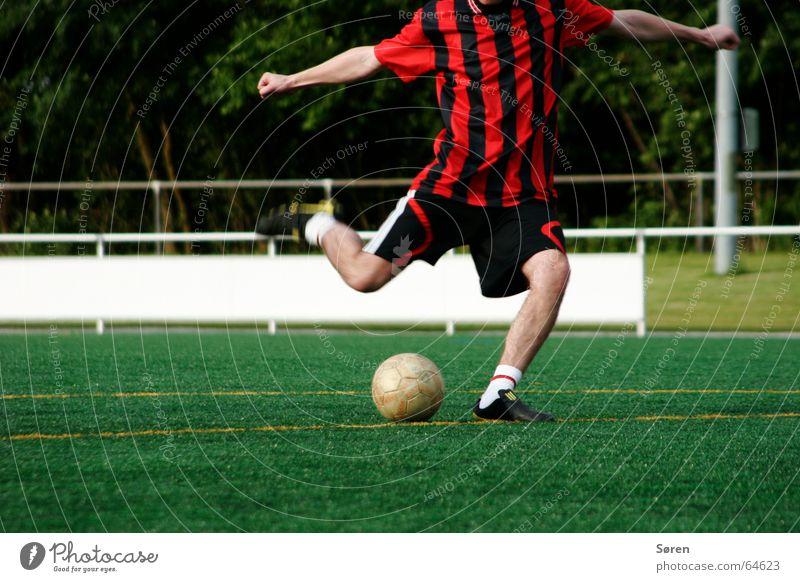 Kick it like.. Fußball rot-schwarz Schienbein Schuhe Elfmeter stoßen Torschuss Trikot Meister Kunstrasen Abschlag Freizeit & Hobby Ball Freude freistoß Schuss