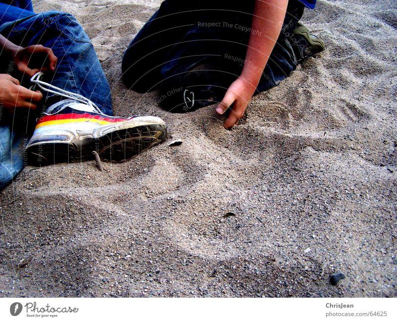 Titellos Mensch Hand Sand Hose Jeanshose Schuhe Fußballschuhe Knoten sitzen 2 binden Sandkorn Schuhbänder Schuhsohle twice deutschland? dutschland