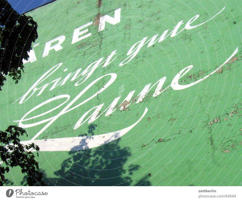 Was bringt gute Laune? weiß grün blau Fassade Werbung Gute Laune