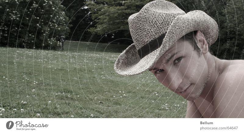 le far west Cowboy Mann verrückt Augenbraue gestikulieren Gesichtsausdruck Blick zielen Hut Rasen Wildtier Weste face