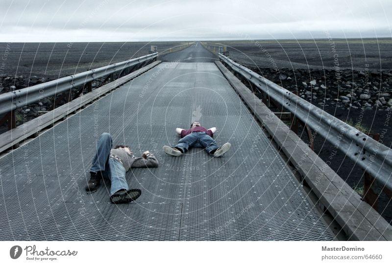 Mitternachtsschläfchen Mann Mensch schlafen Erholung Horizont Lava grau Island extrem dunkel gemütlich ungemütlich Leitplanke Wolken Himmel schlechtes Wetter