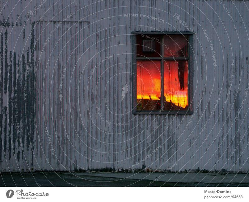 """""""Mama, der Himmel brennt!"""" alt Himmel Sonne rot Haus gelb Wand Fenster Holz grau Stein orange Wellen Arme Glas Brand"""