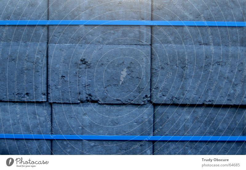 blue turning gray Rechteck aufeinander Stapel Material Straßenbau gebunden Verbundenheit Zusammensein Zusammenhalt gefangen Stein Linie blau packet geschnürt