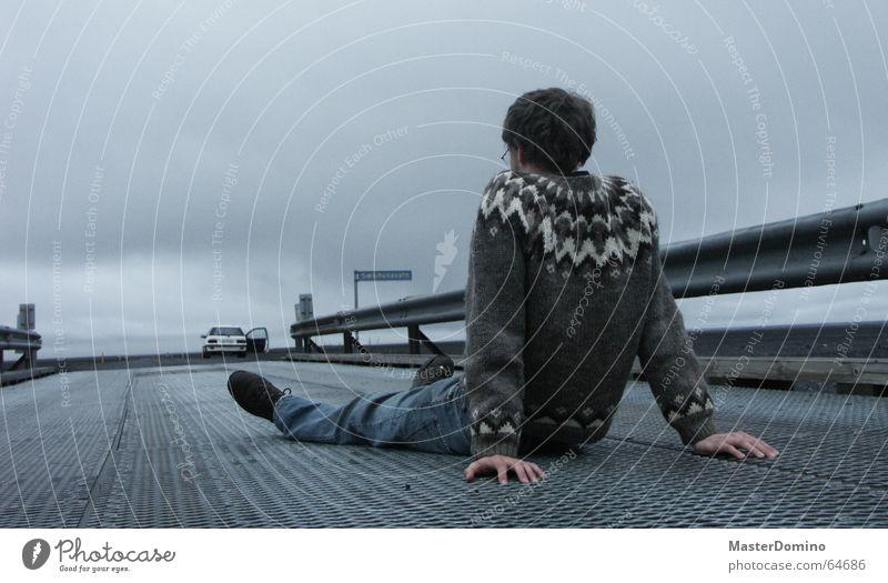 Dann fahrt doch alleine weiter! Mensch Mann Hand Himmel Wolken Einsamkeit Ferne Straße Erholung grau Traurigkeit PKW Beine warten Arme Tür