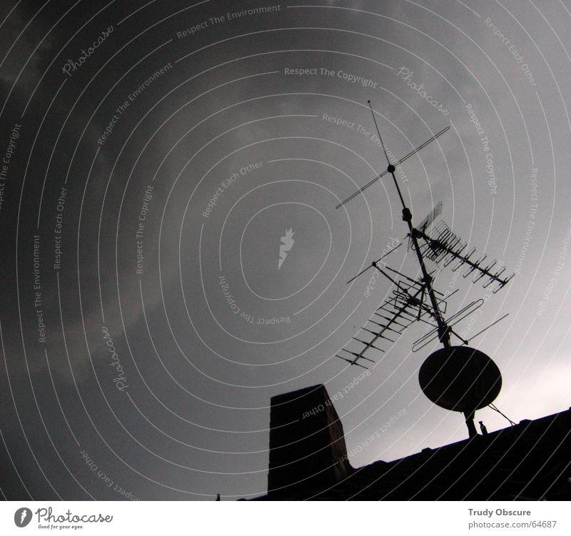 sky phenomenon Wolken Wetter Unwetter Gewitterwolken dunkel Verlauf Haus Dach Antenne Hausantenne Verdrängung Himmel Niederschlag fernsehantenne