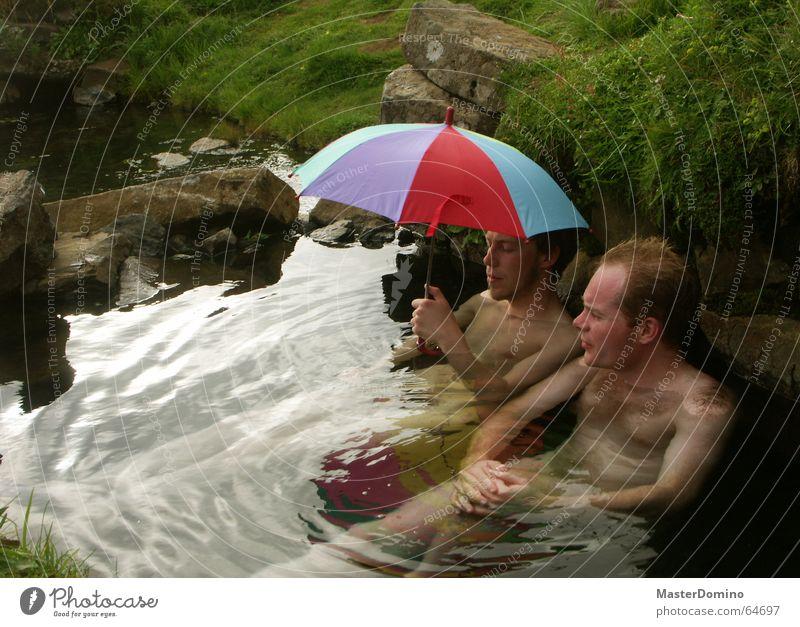 """""""Mach den Schirm auf, sonst werden wir nass!"""" Mensch Mann Natur Wasser Himmel Freude ruhig Erholung sprechen nackt Gras Stein sitzen Wellness Schutz"""