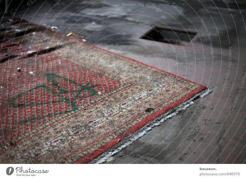 friedhof der fliegenden teppiche. Renovieren Umzug (Wohnungswechsel) einrichten Teppich Haus Industrieanlage Fabrik Ruine Teppichfranse Beton Schriftzeichen