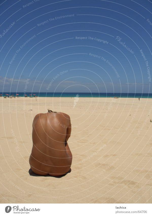 costa Sonnenbad Strand braun Meer Frau Sommer Ferien & Urlaub & Reisen ruhig Fuerteventura Sandkorn Pause heiß brennen kopflos verkrampft Ferne Einsamkeit