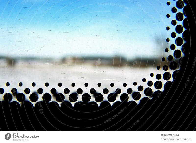 telluria Unschärfe Wolken Winter kalt schwarz Raster Sicherheit Fernweh Himmel blau Punkt Glas einrahmung Makroaufnahme