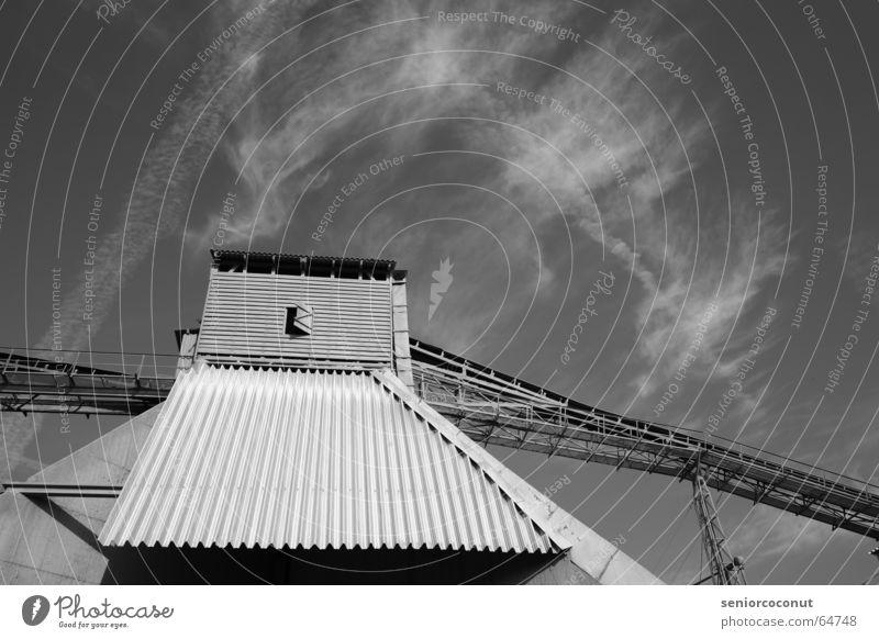 Mahlwerk Fabrik Beton schwarz Wolken Gebäude Dach Fenster Kondensstreifen Material Umweltverschmutzung Bergbau Licht Eisen Stahl Umweltschutz Mühle Stein