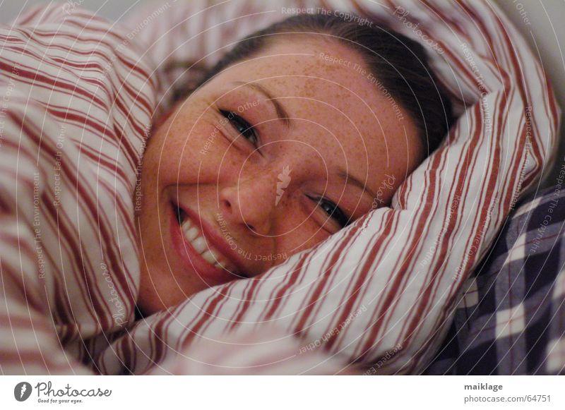 noch nicht müde Frau Junge Frau Bett wach Nacht Kissen Streifen Sommersprossen Freude schön lachen Gesicht Kopfkissen