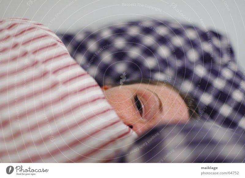 doch müde Frau Gesicht schlafen Bett Streifen Müdigkeit kariert Kissen Junge Frau Kopfkissen