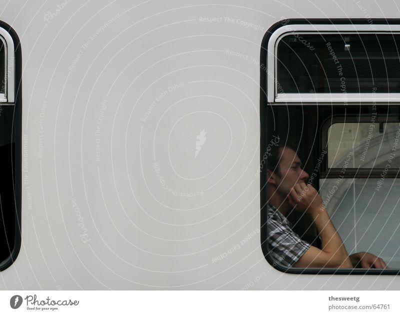 In der Straßenbahn Tod Fenster warten Eisenbahn sitzen trist fahren Müdigkeit U-Bahn Langeweile Fensterscheibe Fahrzeug langsam Arbeitslosigkeit
