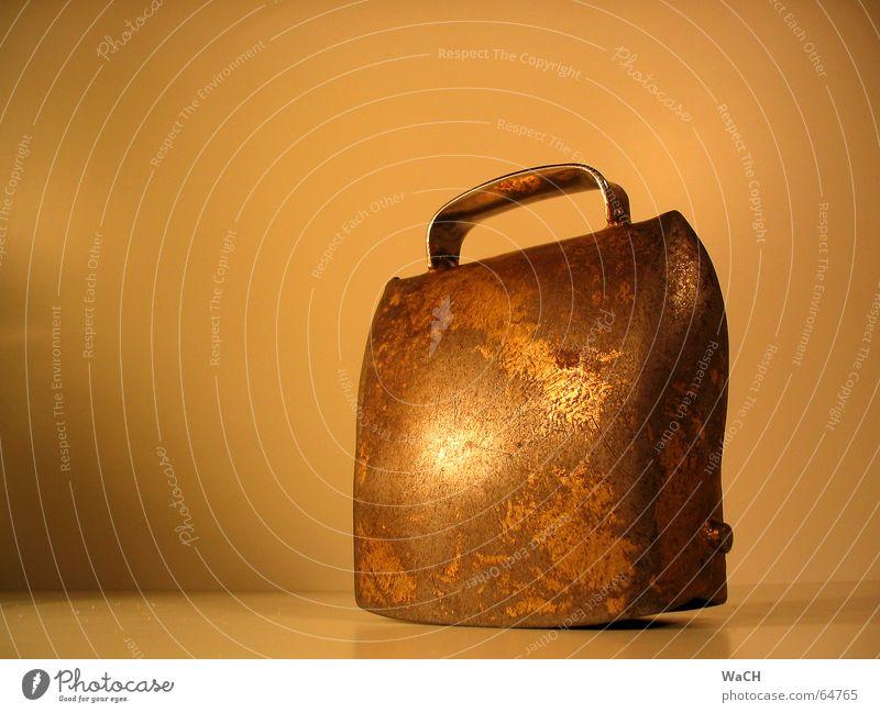 Glocke alt Wiese Feld Dinge Schmuck Kuh Weide Tradition Klang laut Alm Glocke gebraucht Nutztier melken Bronze