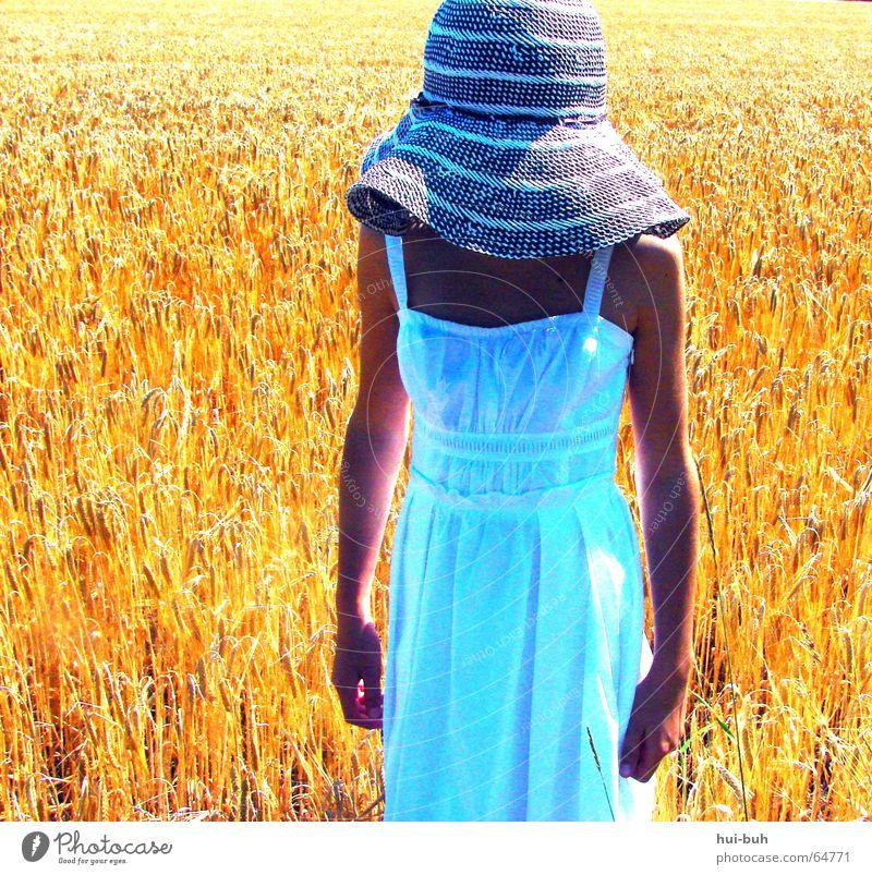 frau im kornfeld Kleid Mädchen gelb weiß braun Feld Weizen Physik Mittag Licht kopflos Hand Finger Hut Mensch Ferne dehmut Sonne Wärme Arme Bauch Sommer
