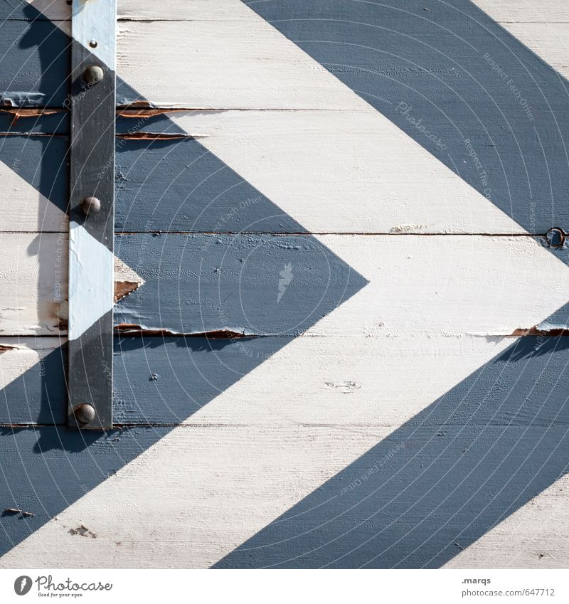 Wegweiser Stil Design Holz Zeichen Pfeil Streifen alt eckig kaputt blau weiß Symmetrie Zukunft Lack abblättern richtungweisend Orientierung Farbfoto