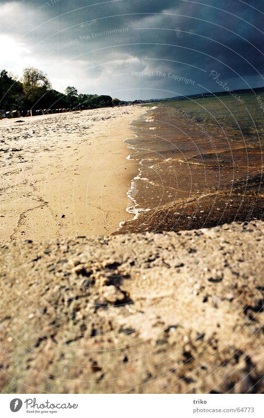 die ruhe vor dem sturm Wasser Meer Strand Wolken grau Sand Elektrizität Sturm Unwetter Erwartung unruhig