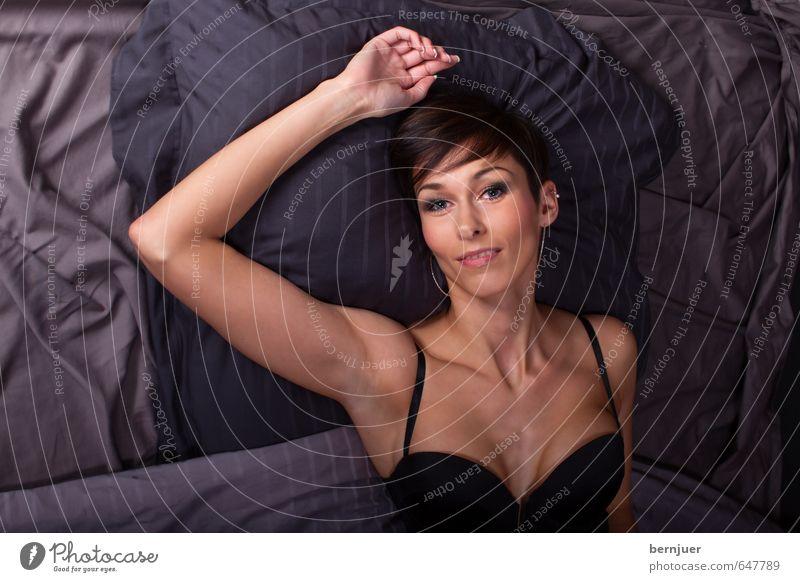 Kissenschlachtbattleground Lifestyle elegant Stil Sportler Mensch feminin Frau Erwachsene Leben 1 18-30 Jahre Jugendliche Unterwäsche brünett liegen Sex