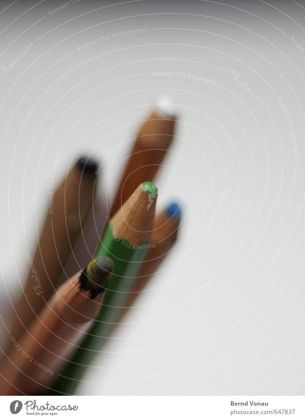 take five Schreibstift blau braun grau grün schwarz weiß Farbstift Bleistift Kreativität zeichnen Arbeitsgeräte aufwärts positiv mehrere 5 Spitze Richtung