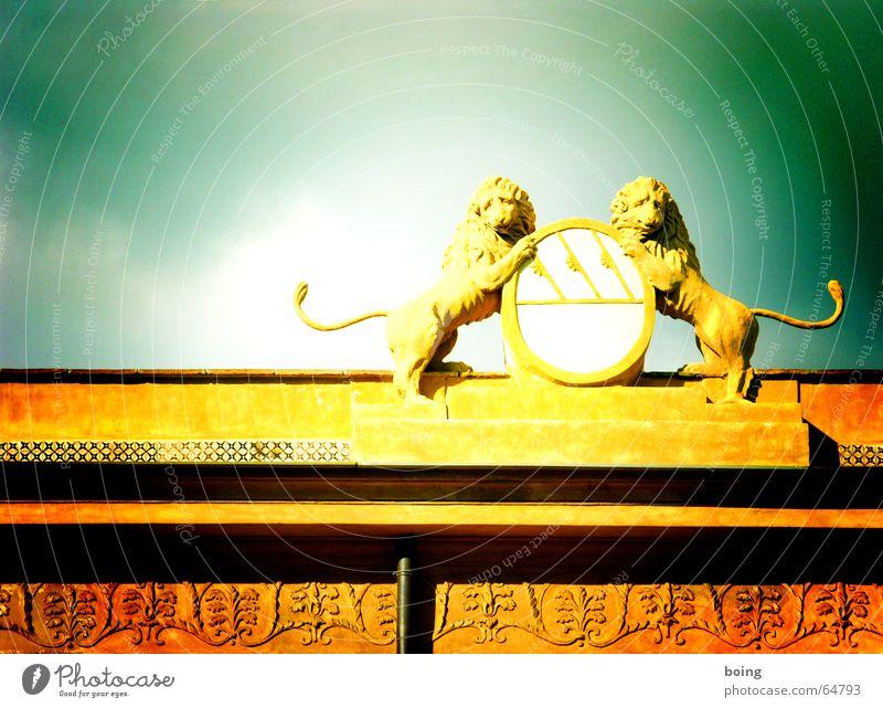 two lions Löwe Wappen Schilder & Markierungen Ornament Zoo Stuck Schwanz Fallrohr Adel Monarchie König Pharaonen Burg oder Schloss historisch Wahrzeichen