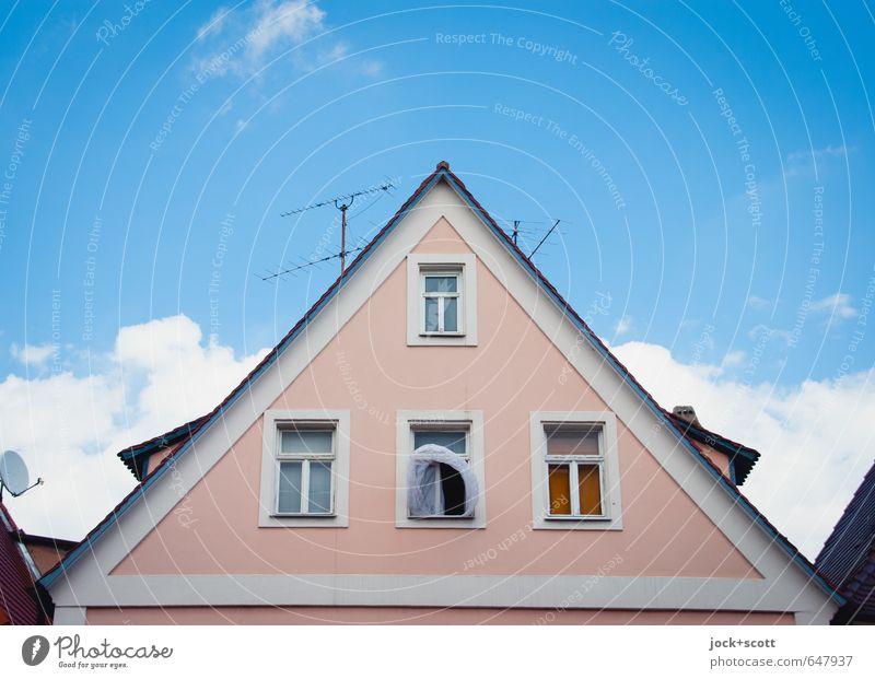 Frischluft durch offenes Fenster Gardine Himmel Wolken Mittelfranken Fassade Antenne Satellitenantenne Satteldach authentisch Leichtigkeit lüften Symmetrie