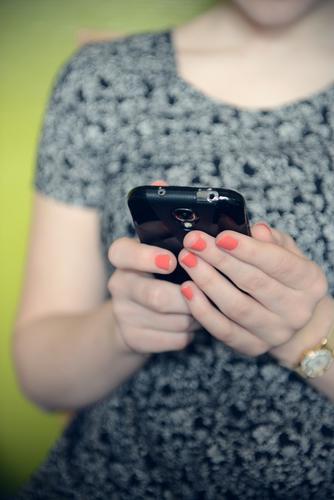 Kannst du noch ohne? Mensch Kind Jugendliche Hand Junge Frau 18-30 Jahre Erwachsene feminin Spielen Schule Freizeit & Hobby Wohnung Lifestyle 13-18 Jahre Finger