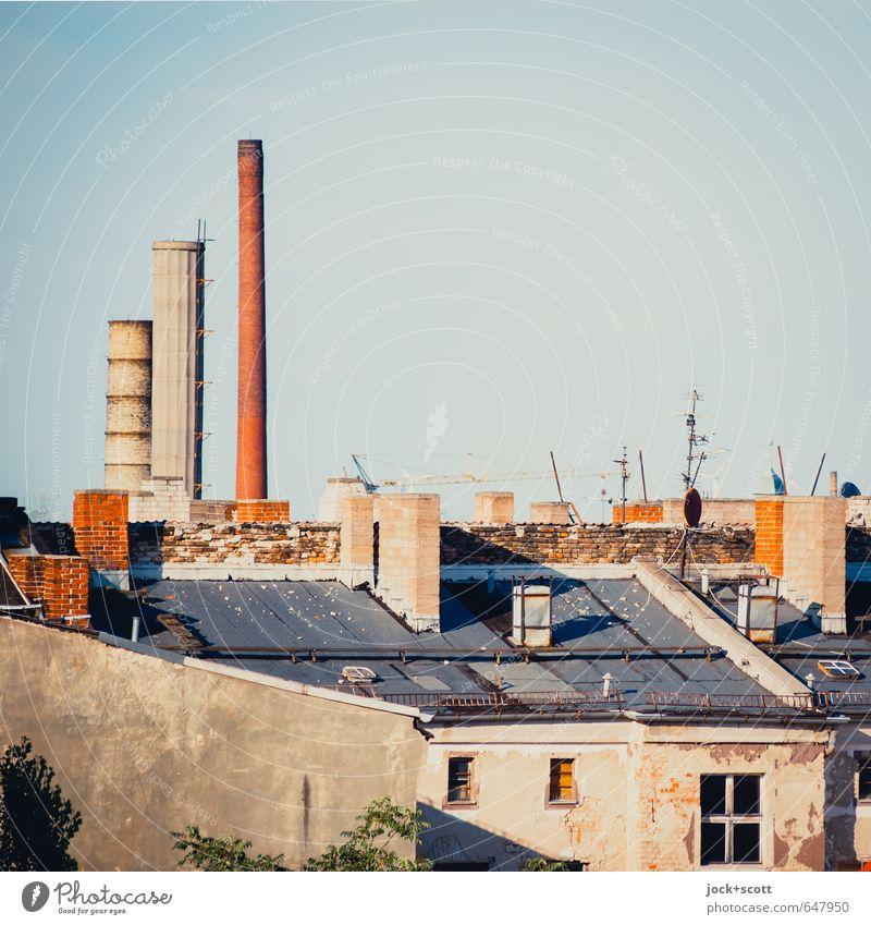 Schlöte Stadt Sommer Haus Fenster Wärme oben Luft Klima Warmherzigkeit Dach Vergänglichkeit Zeichen historisch Fabrik Wolkenloser Himmel Verfall