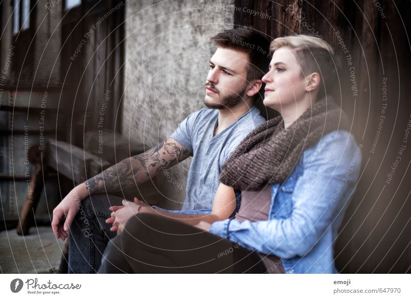 eins. maskulin feminin Junge Frau Jugendliche Junger Mann Freundschaft 2 Mensch 18-30 Jahre Erwachsene trendy einzigartig sitzen Farbfoto Außenaufnahme Tag