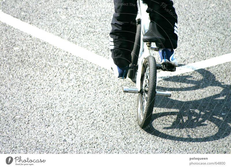straight out of line Fahrradfahren Straßenbelag BMX Linie Sonne Schatten Fahrbahnmarkierung